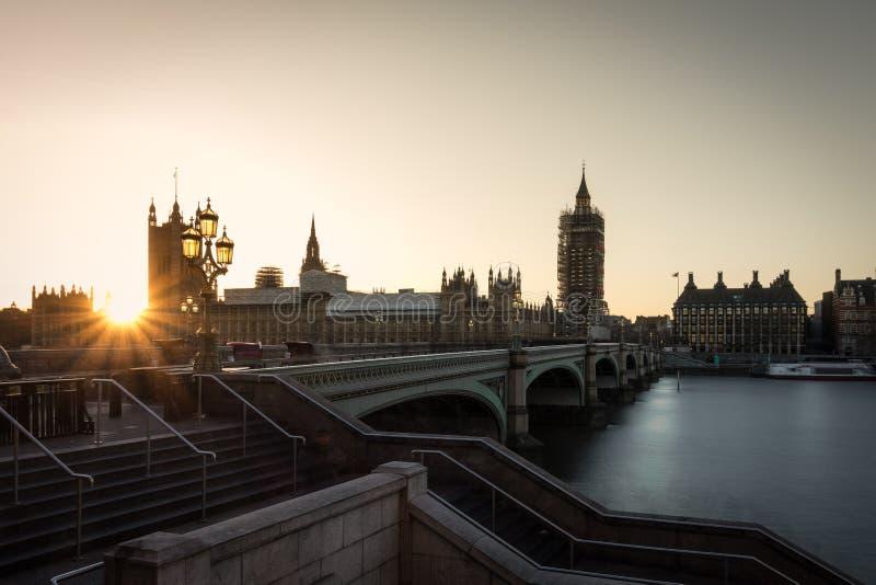 De Big Ben en brug in de tijd van zonsondergang stock afbeeldingen