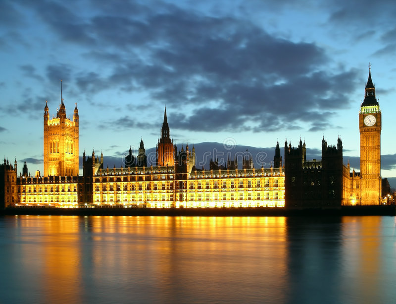 De Big Ben en huizen van het parlement bij nacht stock foto's