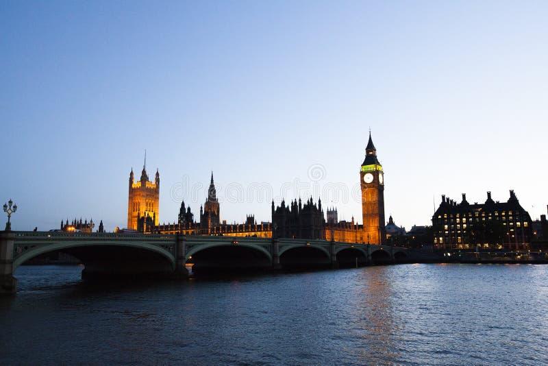 de Big Ben-klok met de bouw van over hen rivier stock foto