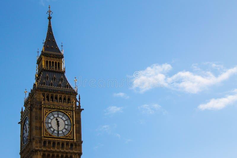 De Big Ben in Londen in daglicht met blauwe hemel wordt gezien die royalty-vrije stock afbeelding