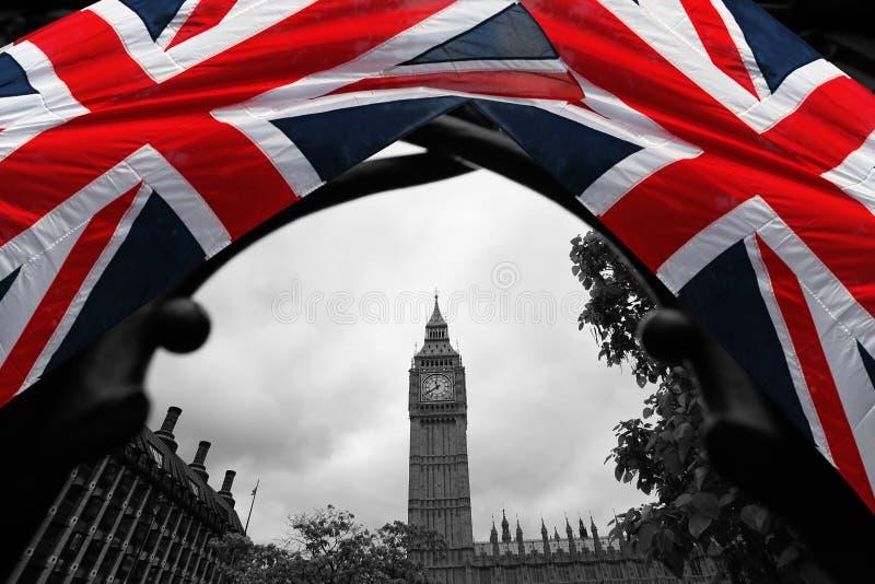 De Big Ben met vlag, Westminster, Londen stock fotografie