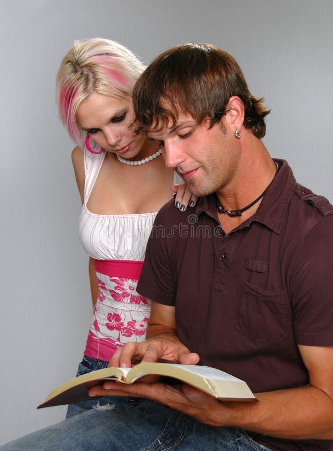 De Bijbel van de Lezing van het paar royalty-vrije stock afbeeldingen