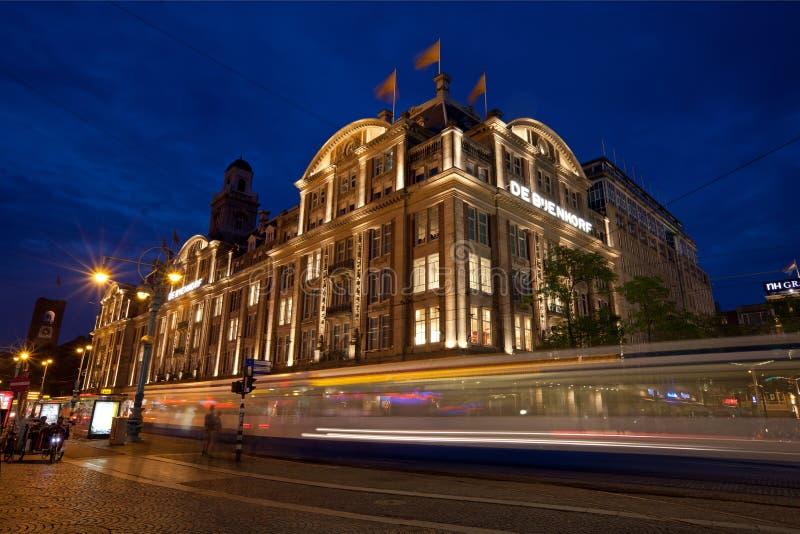 De Bijenkorf i fördämningfyrkant av Amsterdam arkivfoto