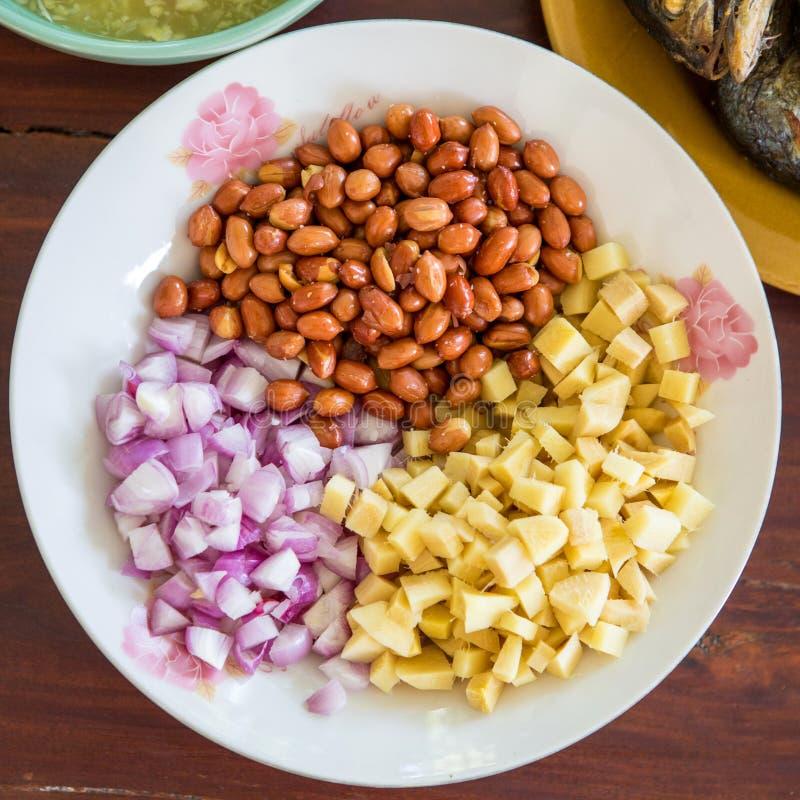 De bijgerechten eten met Thaise stijl gebraden makreelvissen dienend met verse salade, rijstnoedel en kruidige het kleden zich sa stock fotografie