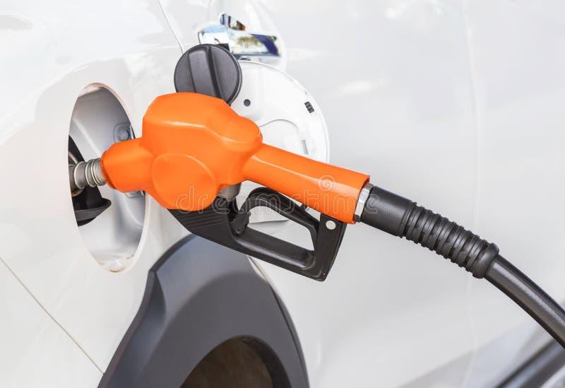 De bijtankende benzinepomp van de brandstofpijp voor de auto stock fotografie