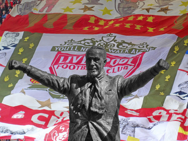 De Bill statue shankly superposée au fond d'Anfield images stock