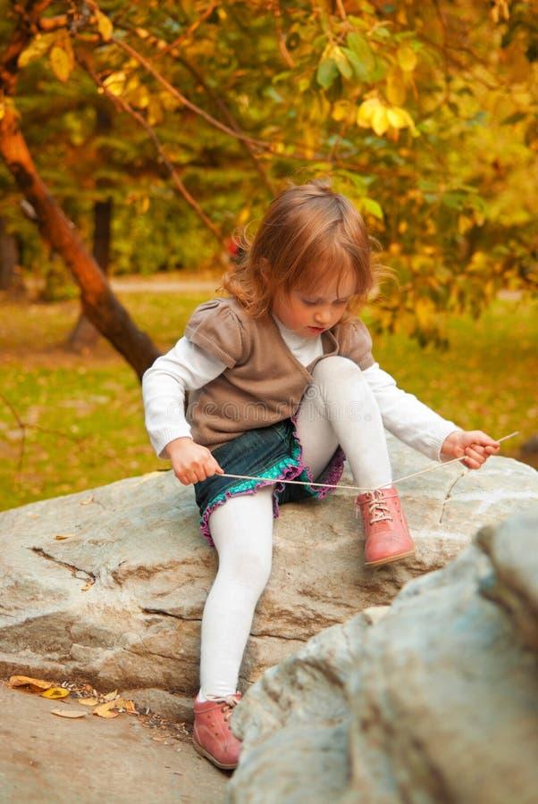 De bindende schoenveter van het meisje royalty-vrije stock foto