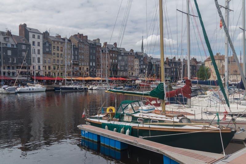 De binnenhaven in Honfleur, Normandië, Frankrijk stock foto