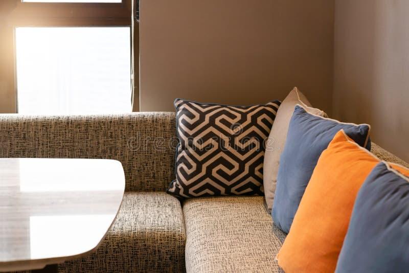 De binnenlandse, Comfortabele bank van het huisontwerp op woonkamer met kleurrijk hoofdkussen royalty-vrije stock foto's