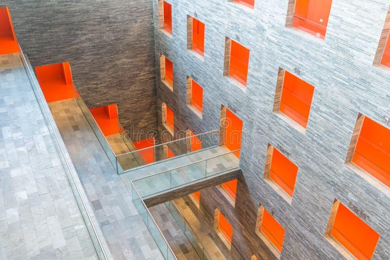 De binnenlandse moderne bouw met verscheidene vloeren en sinaasappel geschilderde passages royalty-vrije stock foto's