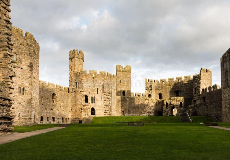 De binnenlandse muren van het Caernarfonkasteel stock fotografie