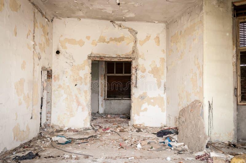 De binnenlandse overblijfselen van orkaan of aardbevingsramp beschadigen op geruïneerd oud huis in de stad met doen ineenstorten  stock foto