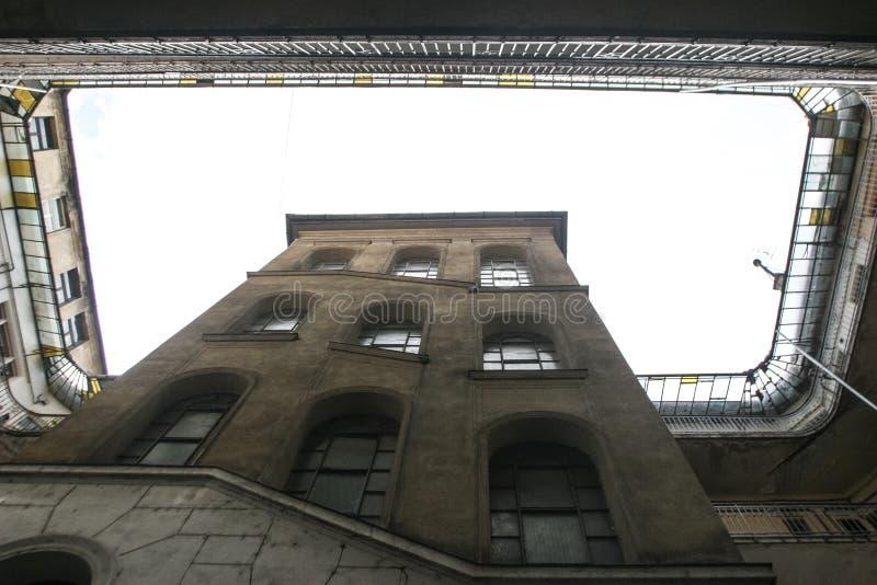 De binnenlandse werf van een oud historisch gebouw stock foto