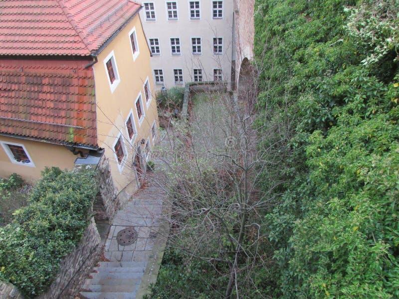 De binnenplaats en de straat van een kleine Duitse stads hoogste mening stock afbeeldingen