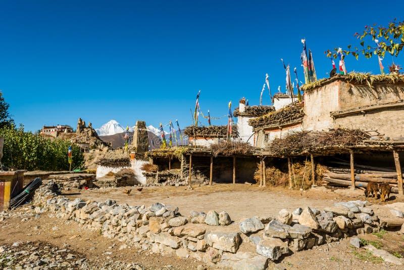 De binnenplaats in traditionele steen bouwt dorp van Jhong stock afbeelding