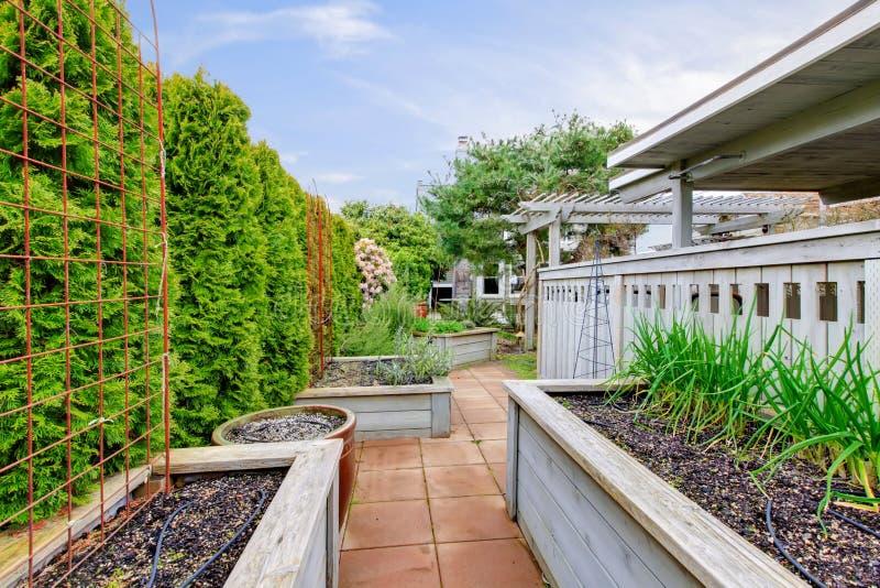 De binnenplaats van de lente met tuinbedden royalty-vrije stock fotografie