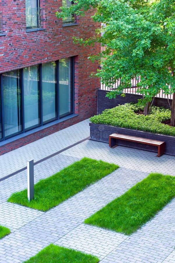 De binnenplaats van een bureaugebouw Moderne architectuur van openbare ruimte stock afbeeldingen