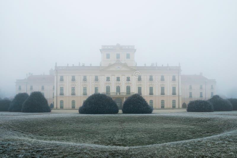 De binnenplaats van het Esterhazykasteel in de mist stock fotografie