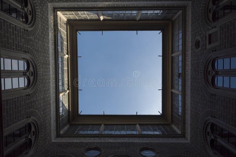De binnenplaats van het Italiaanse huis is een bottom-up mening stock afbeelding