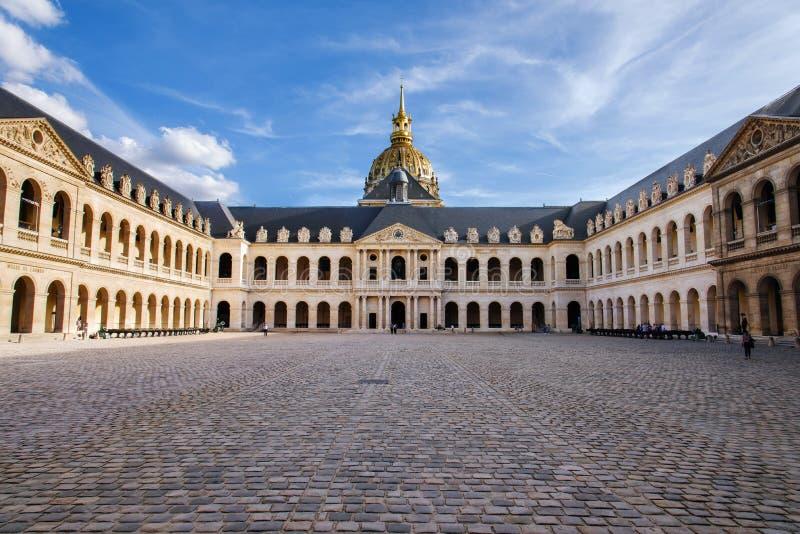 De Binnenplaats van paleisles Invalides in Parijs royalty-vrije stock foto's