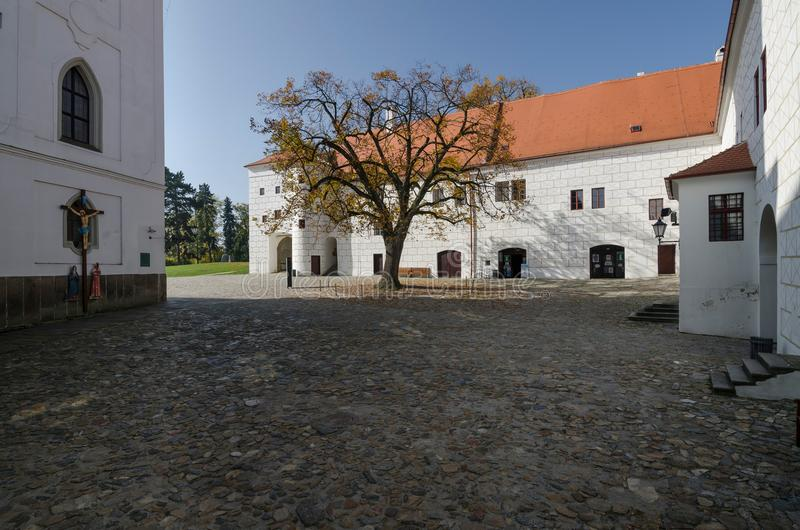 De binnenplaats van Trebic-kasteel samen met de Basiliek van St Procopius, Tsjechische Republiek stock foto's