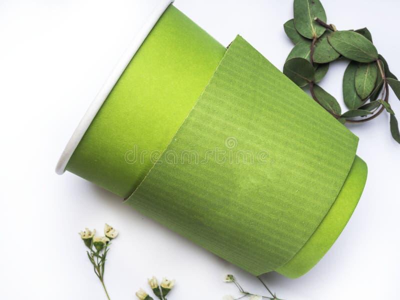 De biodocument kop om met koffie of thee op witte achtergrond te gaan, BIOpla-DOCUMENT KOP Polylactide PLA is biologisch afbreekb royalty-vrije stock afbeelding
