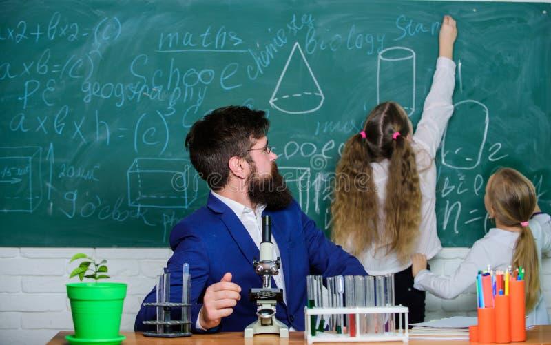 De biologie speelt rol in begrip van complexe vormen van het leven Schoolleraar van biologie Het verklaren van biologie aan kinde stock fotografie