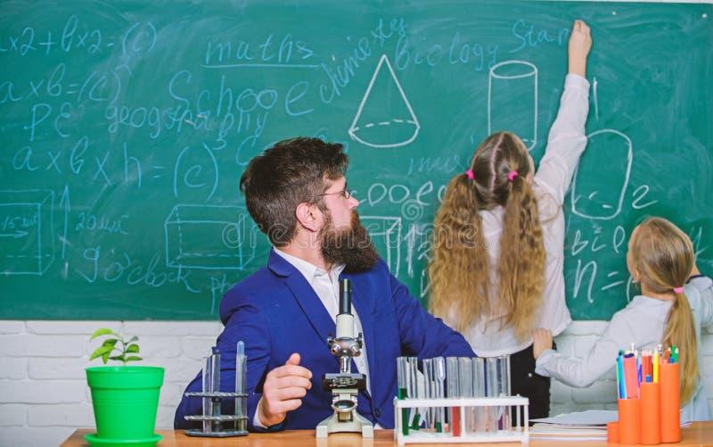 De biologie speelt rol in begrip van complexe vormen van het leven Schoolleraar van biologie Het verklaren van biologie aan kinde royalty-vrije stock foto
