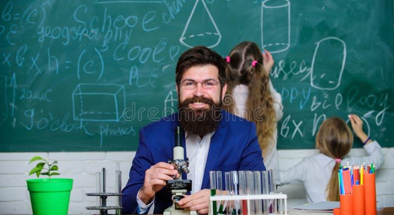 De biologie speelt rol in begrip van complexe vormen van het leven Schoolleraar van biologie Werk van de mensen het gebaarde lera royalty-vrije stock afbeelding