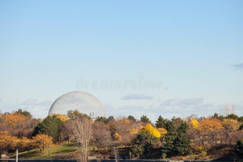 De Biosfeer van Montreal, op Ile Sainte Helene Island, in Jean Drapeau-park, tijdens een de herfstmiddag die wordt genomen royalty-vrije stock foto's
