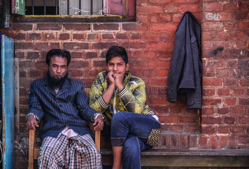 De Birmaanse mensen die bij oude baksteen zitten huisvesten stock foto's