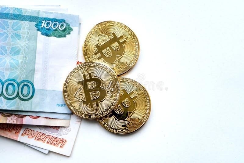Or de Bitcoin et le rouble russe Pi?ce de monnaie de Bitcoin sur le fond des roubles russes images libres de droits