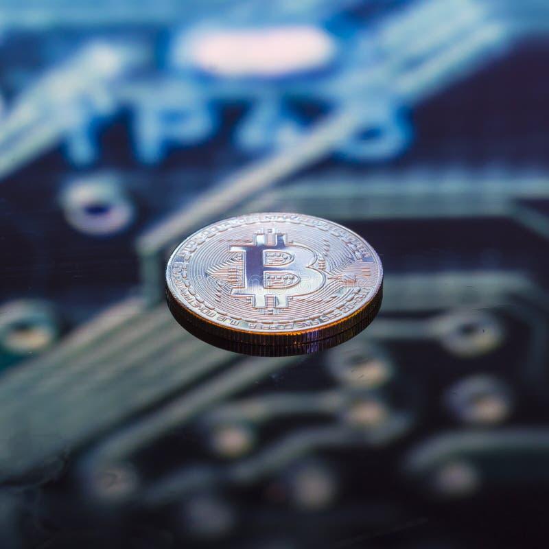 Or de Bitcoin, pièces de monnaie en cuivre argentées et et circ imprimé defocused photos stock