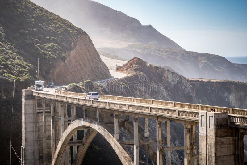 De Bixby-Brug, in Big Sur Californië, is één goed van - bekende oriëntatiepunten op de Vreedzame die Kustweg ook als Californië w royalty-vrije stock foto's