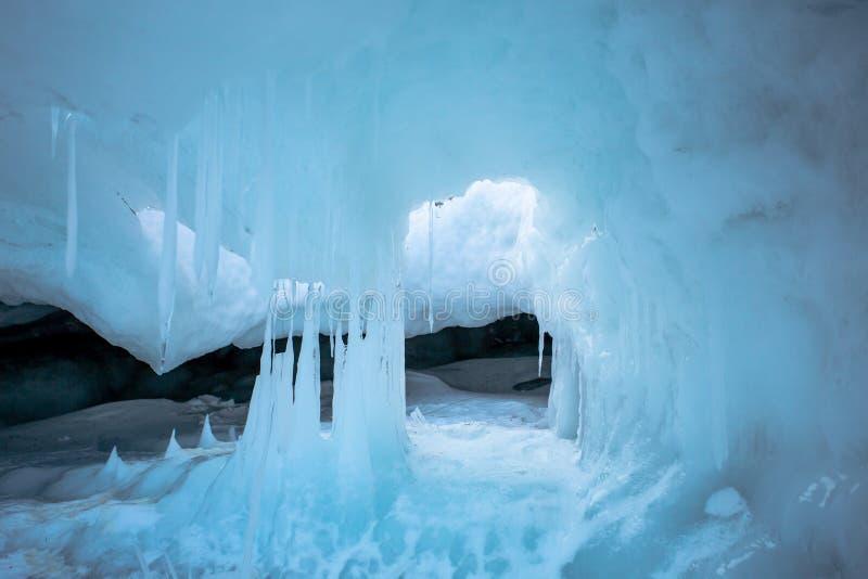 De blåa isstalaktiten royaltyfri bild