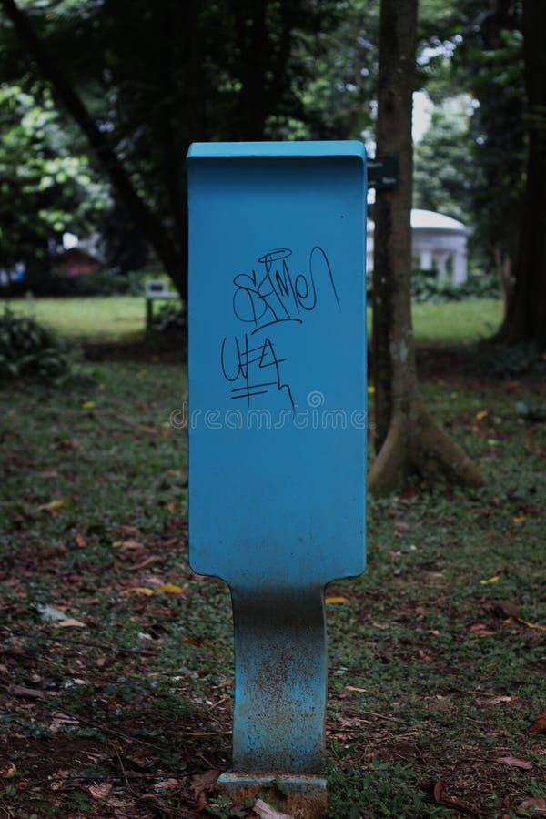 De blåa undertecknar in parkera arkivbild