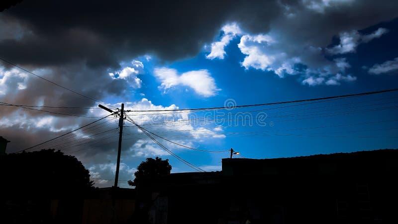 De bl?a himlarna arkivfoto