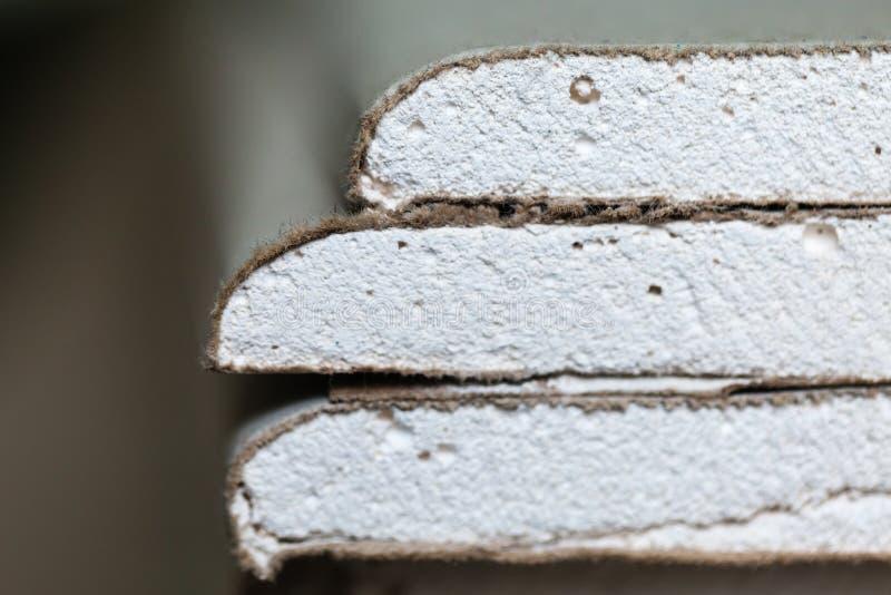 De bladen van gipsplaat of drywall sluiten omhoog in een flat tijdens op de bouw, het remodelleren, het herbouwen stock foto's