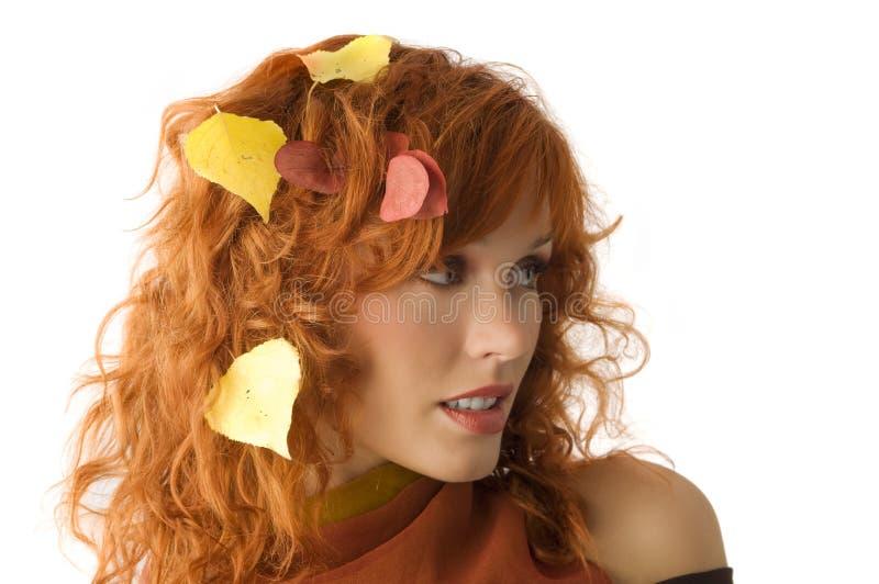 De bladeren van de daling tussen haar stock foto's