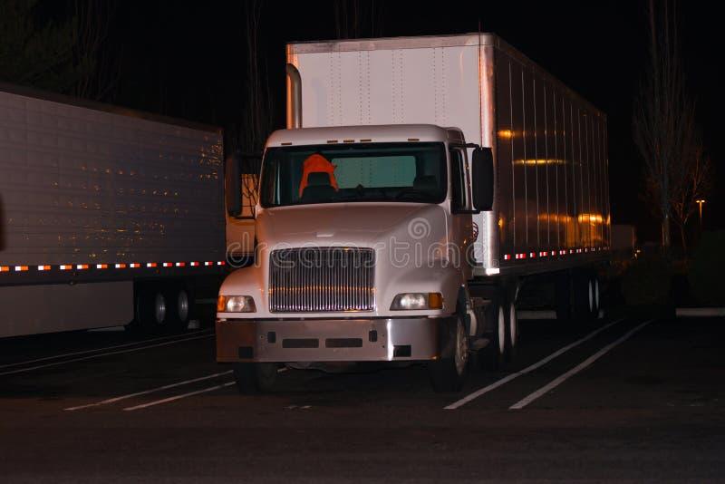 De blanc réflexion de la lumière de remorque de camion semi sur le parking dedans proche photos stock