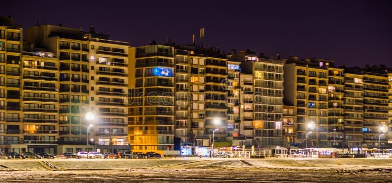 De Blankenbergeboulevard stak bij nacht, mening over het strand en flatgebouwen, toeristische stad in België aan stock afbeeldingen