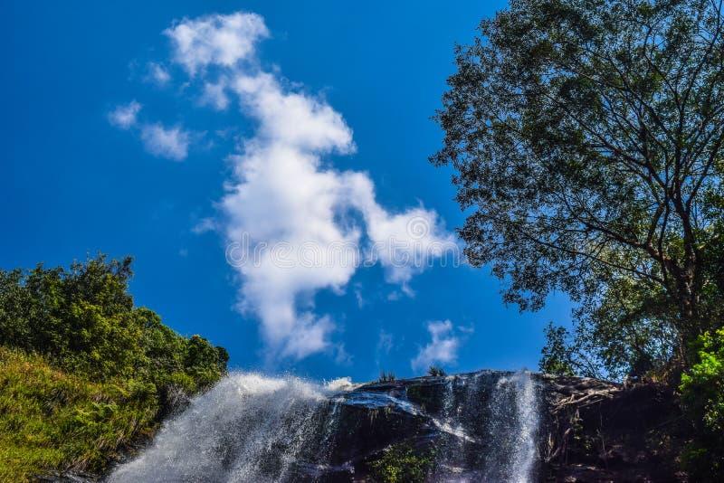 De blauw-hemel prettige hemel van de aardwaterval stock foto's