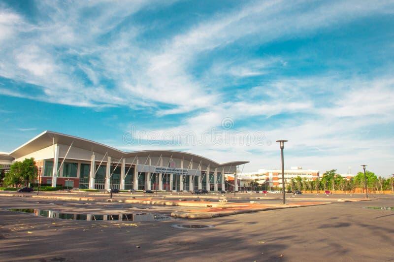 De blauw hemel van de overeenkomstzaal en parkeerterreinlandschap stock afbeeldingen