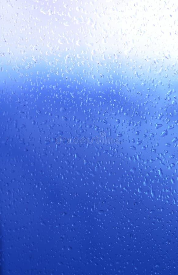 De blauwe achtergrond van de druppeltjesclose-up royalty-vrije stock fotografie