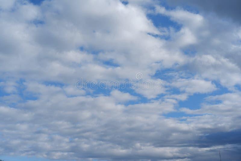 De blauwe achtergrond van het hemelbehang en aardige mening royalty-vrije stock fotografie