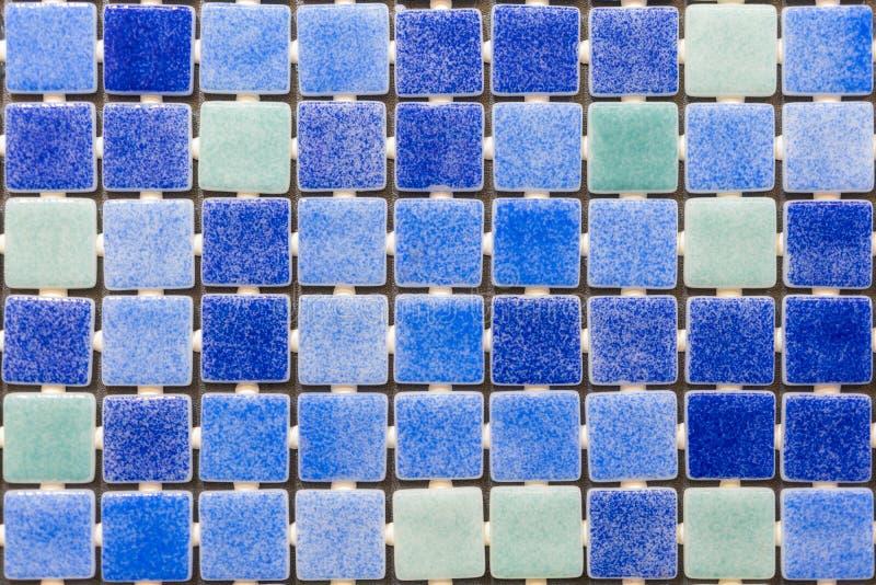 De blauwe achtergrond van mozaïektegels De achtergrond van de tegeltextuur van zwembadtegels stock foto