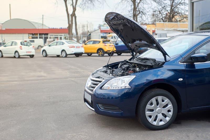De blauwe auto splitste op stock afbeeldingen