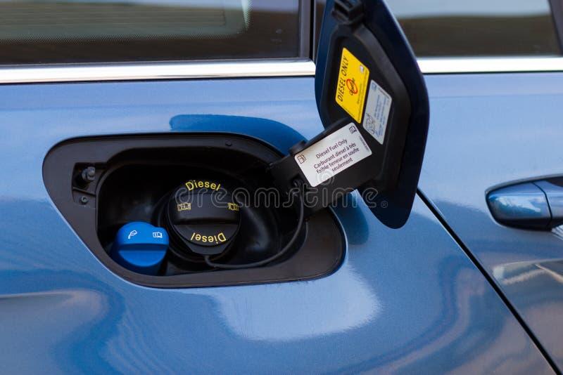 De blauwe auto van de benzinetank met slechts diesel GLB royalty-vrije stock afbeelding
