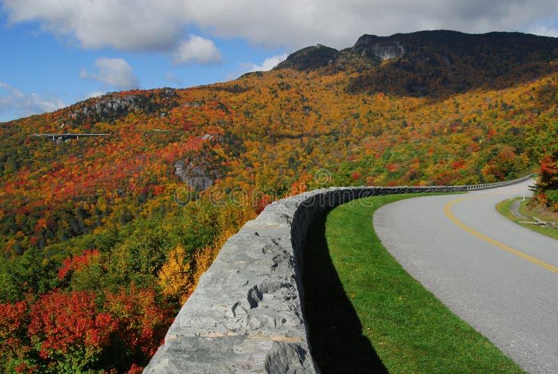 De blauwe Berg van de Grootvader van de Herfst van het Brede rijweg met mooi aangelegd landschap van de Rand stock afbeelding