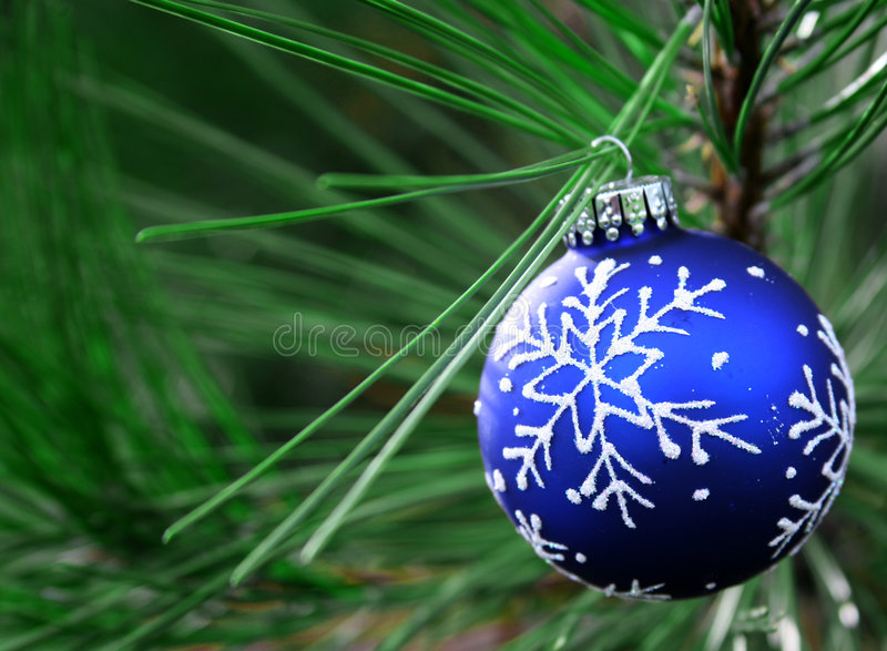 De blauwe Bol van Kerstmis op Boom stock afbeeldingen